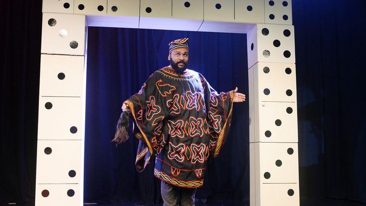 Dieudonné au théâtre de la Main d'or, à Paris, le 11 janvier 2014. (ALAIN JOCARD / AFP)