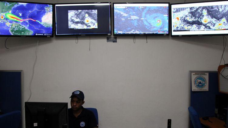 Des écrans de surveillance de l'ouragan Irma, le 5 septembre 2017 au Emergency Operations Committee (COE) deSaint-Domingue. (RICARDO ROJAS / REUTERS)