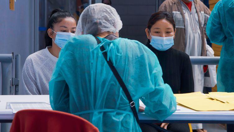 Une infirmière du Centre de santé de la ville de Nanterre (Hauts-de-Seine) s'entretient avec des habitantes, le 6 mai 2020. (JEROME LEBLOIS / HANS LUCAS / AFP)