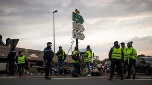 """Des """"gilets jaunes"""" sur une route à Dinan (Côtes-d'Armor), le 20 novembre 2018. (MARTIN BERTRAND / HANS LUCAS / AFP)"""