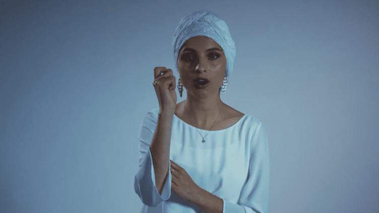 """Capture d'écran du clip de la chanson """"Je pars mais je t'aime"""", de la chanteuseMennel Ibtissem. (MENNEL OFFICIAL / YOUTUBE)"""