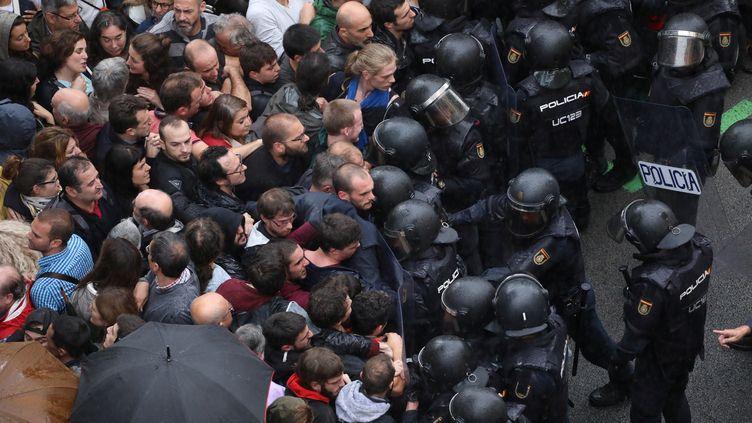 Des incidents ont marqué, dimanche 1er octobre, l'intervention en force de la police pour empêcher la tenue du référendum d'autodétermination voulu par les séparatistes catalans. (SUSANA VERA / REUTERS)