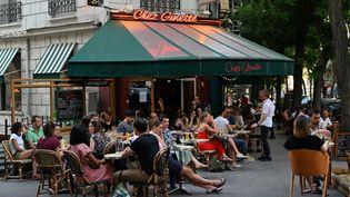 La terrasse d'un bar parisien, le 2 juin 2020. (BERTRAND GUAY / AFP)