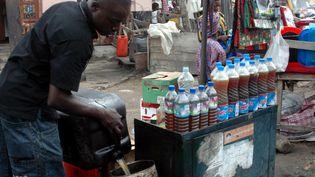 Distribution d'essence au marché noir dans une rue de Lagos au Nigeria. L'économie informelle représente 60% de l'économie du pays. (REUTERS/Akintunde Akinleye )