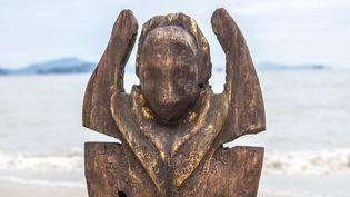 """Un totem de l'émission """"Koh-Lanta"""" sur une plage de Thaïlande. (BUREAU 233/ ALP / TF1)"""