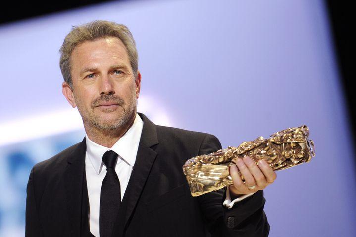 Le comédien américain Kevin Costner reçoit un César d'honneur pour l'ensemble de sa carrière, vendredi 22 février 2013 à Paris. (MAXPPP)