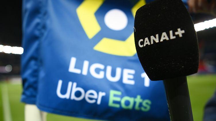 Le micro d'un journaliste de Canal+ lors d'un match de Ligue 1 entre le Paris Saint-Germain et le Nîmes Olympique au Parc des Princes à Paris, le 3 février 2021. (FRANCK FIFE / AFP)