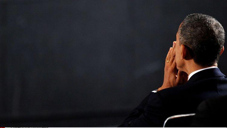 Le président américain, Barack Obama, se recueille à Newtown (Connecticut), deux jours après une fusillade mortelle, le 16 décembre 2012. (OLIVIER DOULIERY / NEWSCOM / SIPA)
