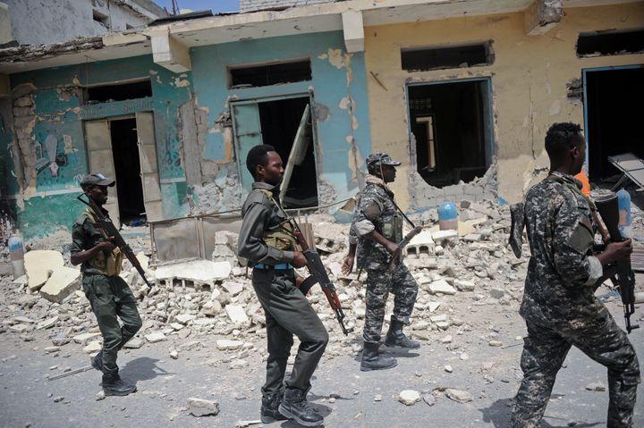 Des membres des forces somaliennes après un attentat des islamistes shebab dans la capitale Mogadiscio, le 14 juillet 2018. (MOHAMED ABDIWAHAB / AFP)