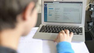 Un élève de 5e suit un cours sur son ordinateur, le 6 avril 2020 à Cricquebœuf (Calvados). (MAXPPP)