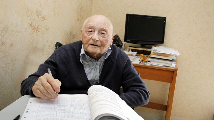 René Buffière, 87 ans, va passer l'épreuve de Philosophie en série ES à Périgueux (Dordogne). Il révise depuis des mois dans sa maison de retraite de Bassillac (Dordogne) le 11 juin 2012 (NICOLAS TUCAT / AFP)