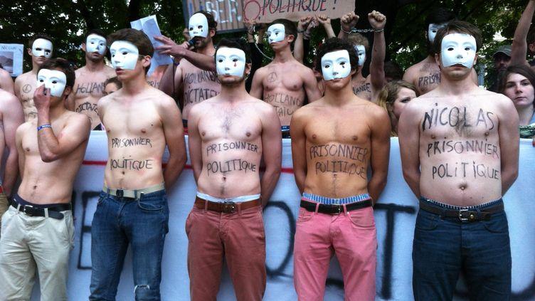 Des activistes des Hommen participent à la manifestation de soutien à Nicolas,l'opposant au mariage des homosexuels condamné à deux mois de prison ferme, le 23 juin 2013 à Paris. (BENOIT ZAGDOUN / FRANCETV INFO)