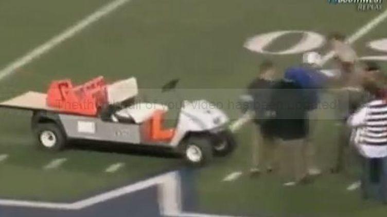 Une voiturette fonce sur un terrain de football américain à Arlington au Texas - 17 décembre 2011 (CBSNews et APTN)