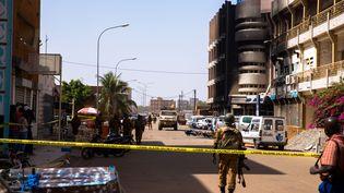 La police pénètre dans la zone de sécurité bouclée aux alentours de l'hôtel Splendid, à Ouagadougou (Burkina Faso), samedi 16 janvier 2016. (ARNE GILLIS / NURPHOTO / AFP)