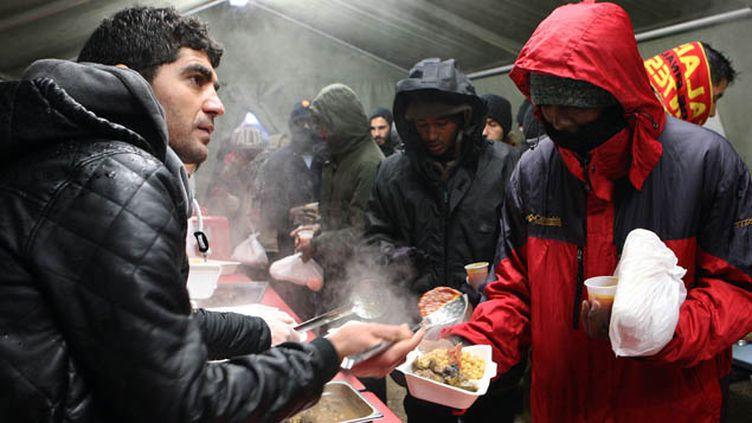 (L'accueil de jour des migrants à Calais © Maxppp)