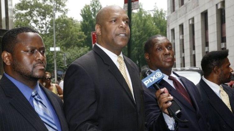"""Des représentants du groupe """"100 Blacks in Law Enforcement"""" s'expriment devant le tribunal de New York. (AFP-David Karp)"""