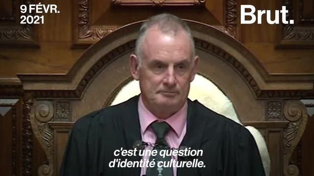Expulsé du Parlement de Nouvelle-Zélande pour avoir porté un collier traditionnel plutôt qu'une cravate. C'est ce qui est arrivé au député maori Rawiri Waititi.
