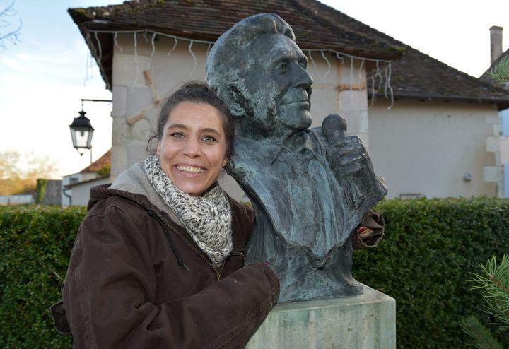Emily Bécaud devant un buste de son père à La Bussière, dans la Vienne.  (PHOTOPQR/POPULAIRE DU CENTRE/MAXPPP)