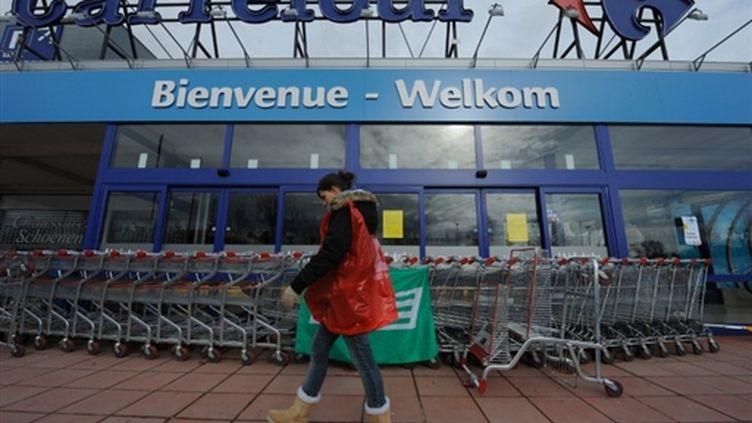 Devant le magasin Carrefour de Kraainem, en Belgique, fermé pour cause de grève le samedi 27 février 2010. (AFP/JOHN THYS)