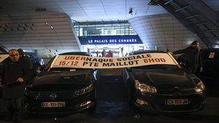 Des centaines de chauffeurs de VTC réunis porte Maillot, à Paris, pour dénoncer la dégradation de leurs conditions de travail. (LIONEL BONAVENTURE / AFP)
