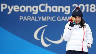 La skieuse française Marie Bochet avec sa médaille d'or de l'épreuve de descente de ski alpin, le 10 mars 2018, aux Jeux paralympiques d'hiver à Pyeongchang, en Corée du Sud. (KARL-JOSEF HILDENBRAND / DPA / AFP)