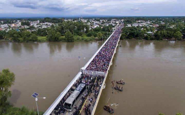 Vue aérienne du pont où sont bloqués desmigrants honduriens dansla ville-frontière de Tecun Uman, au Guatemala. (PEDRO PARDO / AFP)