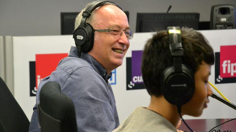 Frédéric Carbonne a répondu aux questions d'élèves de CM2, depuis un studio de Radio France, au micro de franceinfo junior (en partenariat avec le magazine 1jour1actu). (E. FAURE - FRANCEINFO / RADIOFRANCE)