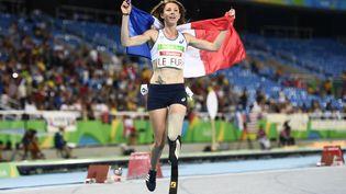Marie-Amélie Le Fur célèbre sa victoire sur le 400m femmes lors des Jeux paralympiques de Rio (Brésil), le 12 septembre 2016. (CHRISTOPHE SIMON / AFP)