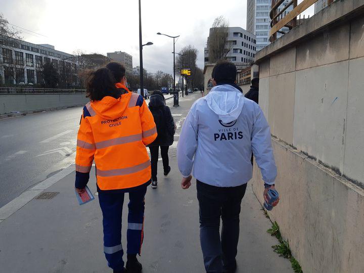 Les équipes mobilisés sont des agents de la mairie de Paris et des volontaires de la protection civile. (JEROME JADOT / RADIO FRANCE)