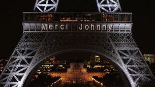 """Le message """"Merci Johnny"""" projeté sur la tour Eiffel, à Paris, le 8 décembre 2017. (ZAKARIA ABDELKAFI / AFP)"""