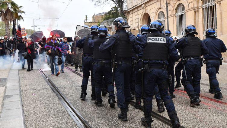 Des policiers face à des manifestants contre le gouvernement, le 14 avril 2018 à Montpellier (Hérault). (PASCAL GUYOT / AFP)