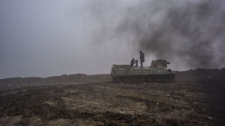 Des membres des Unités de protection du peuple (YPG) combattent le groupe Etat islamique à Raqqa (Syrie), en janvier 2016. (JACOB SIMKIN / NURPHOTO / AFP)