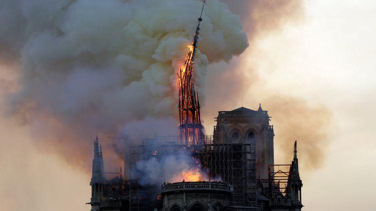 La flèche de la cathédrale de Notre-Dame de Paris s'effondre, détruite dans un incendie, le 15 avril 2019. (GEOFFROY VAN DER HASSELT / AFP)