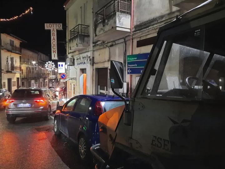Un camion militaire stationne devant le tabac de Carmine Zappia qui a osé porter plainte contre un boss local de la 'Ndrangheta. (BRUCE DE GALZAIN / RADIO FRANCE)