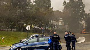 Les grévistes de la Fonderie de Bretagne bloquent l'hôtel du FC Metz à Caudan. (AURÉLIE LAGAIN / FRANCE-BLEU BREIZH IZEL)