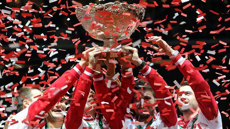Federer empoche l'un des rares trophées qui manquait encore à son palmarès (PHILIPPE HUGUEN / AFP)
