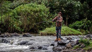 Un pêcheur à lamouche dans la rivièreMathioya, au Kenya, le 20 août 2021. (LUIS TATO / AFP)