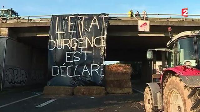 Des agriculteurs en colère paralysent une partie du port de La Rochelle
