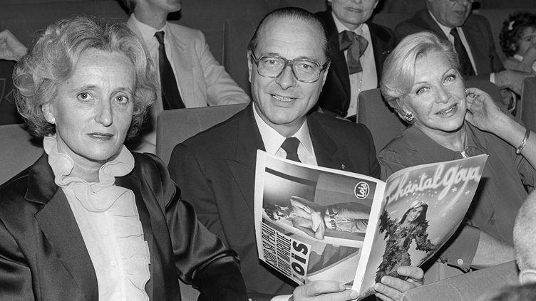 Jacques Chirac entouré de son épouse, Bernadette (G) et de la chanteuse Line Renaud (D) lors d'un spectacle de Chantal Goya au Palais des congrès à Paris, le 8 novembre 1984. (JOEL ROBINE / AFP)