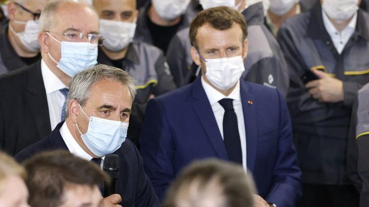 Le président des Hauts-de-France, Xavier Bertrand, et le président de la République, Emmanuel Macron, le 28 juin 2021 à Douai (Nord). (LUDOVIC MARIN / AFP)
