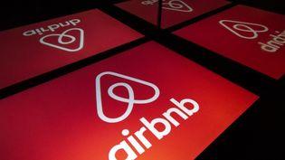 Logo de l'entreprise Airbnb sur une tablette électronique. (LIONEL BONAVENTURE / AFP)