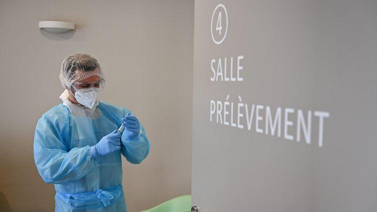 """Le variant sud-africain représente 35% """"des nouvelles infections"""" de Covid-19 en Moselle. (FRANCK DUBRAY / MAXPPP)"""