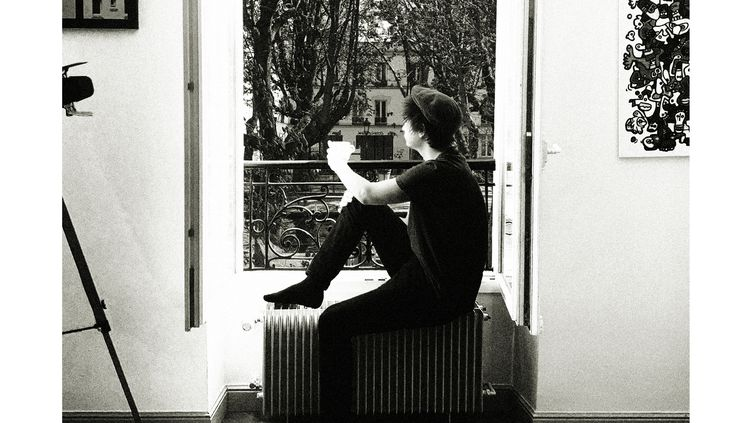 """La photo de Gauvain Sers à sa fenêtre pou le single """"En Quarantaine"""" (Clotilde Guerot)"""