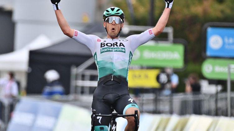 LukasPöstlberger lève les bras à l'arrivée de la 2e étape du Critérium du Dauphiné 2021, le 31 mai. (DAVID STOCKMAN / BELGA MAG)