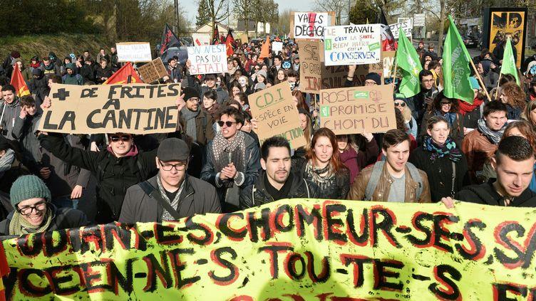 Un manifestant brandit une pancarte réclamant plus de frites à la cantine, lors de la mobilisationcontre la loi Travail, le31 mars 2016 à Rennes (Ille-et-Vilaine). (JEAN-FRANCOIS MONIER / AFP)