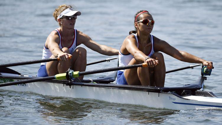 Les FrançaisesElodie Ravera-Scaramozzino etHélène Lefebvre, lors des Jeux olympiques de Rio (Brésil), le 6 août 2016. (JEFF PACHOUD / AFP)