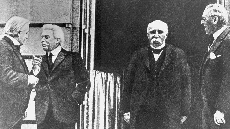 """Les """"quatre grands""""du traité de Versailles en 1919 : David Lloyd George, Vittorio Emanuele Orlando, Georges Clemenceau et Woodrow Wilsonk. C'est lors de cette conférence, censée fixer la paix après la guerre de 1914-1918, que s'est glissé le premier Congrès panafricain. (DPA / AFP)"""