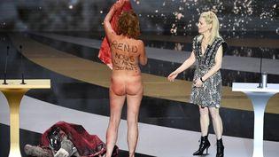 L'actrice Corinne Masiero se déshabille sur scène, le 12 mars 2021, lors de la cérémonie des César, à côté de Marina Foïs. (BERTRAND GUAY / AFP)