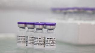 Des doses de vaccin Pfizer contre le Covid-19 dans un centre de vaccination à Briançon (Hautes-Alpes), le 10 août 2021. (THIBAUT DURAND / HANS LUCAS / AFP)