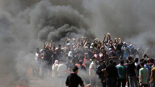 Des manifestants palestiniens, le 14 mai 2018, à la frontière entre Gaza et Israël. (MAHMUD HAMS / AFP)